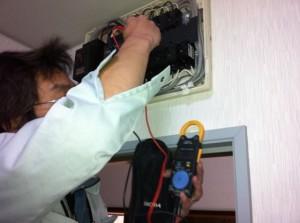 ブレーカを100vから200vへ切り替えて電力をチェック